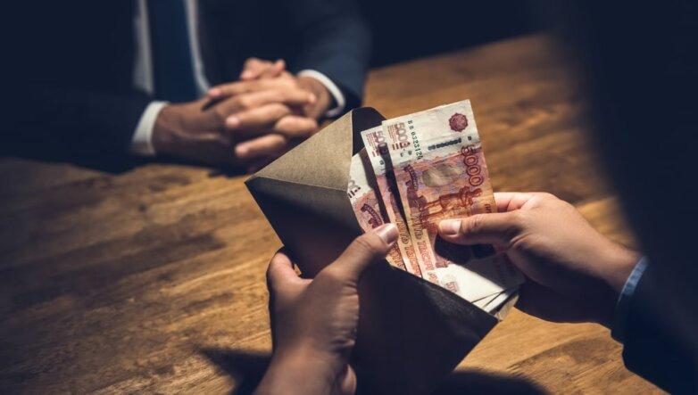 Коррупция, взятка, деньги в конверте, рубли