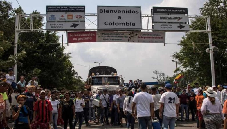 Грузовик с гуманитарной помощью на границе Венесуэлы с Колумбией