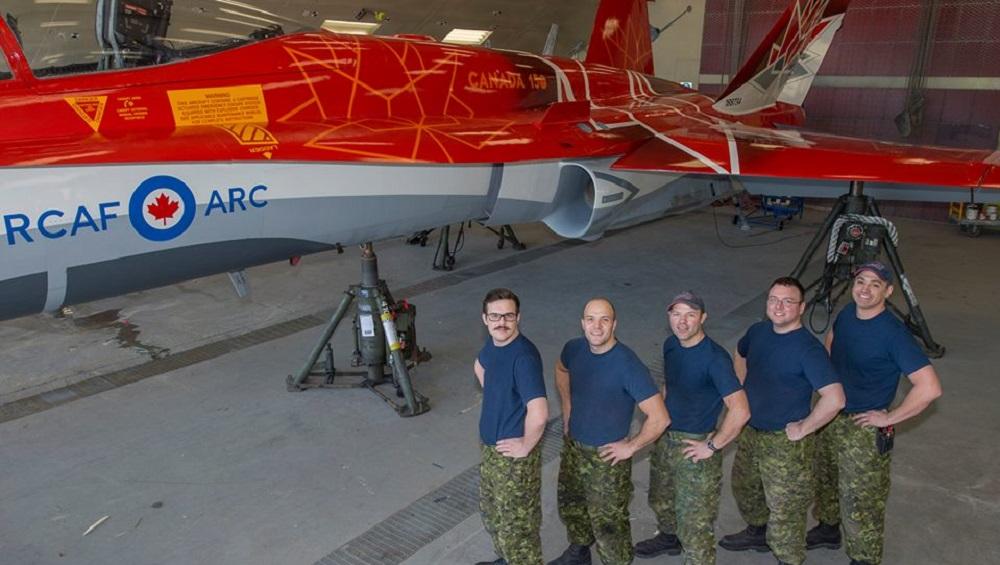 Канадские военнослужащие на презентации истребителя CF-188