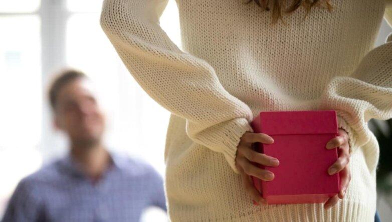 Женщина дарит подарок мужчине, 23 февраля, праздник