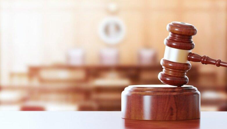 Суд судья правосудие молоток право решение закон приговор зал