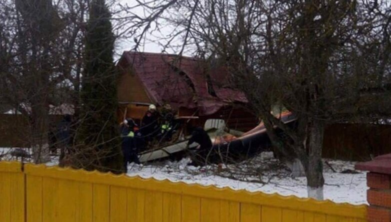 Легкомоторный самолет упал на дом в Подмосковье