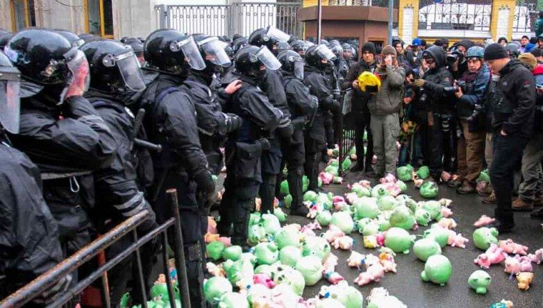 Националисты в Киеве забросали администрацию президента плюшевыми свиньями