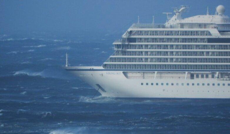 Терпящий бедствие у берегов Норвегии лайнер Viking Sky