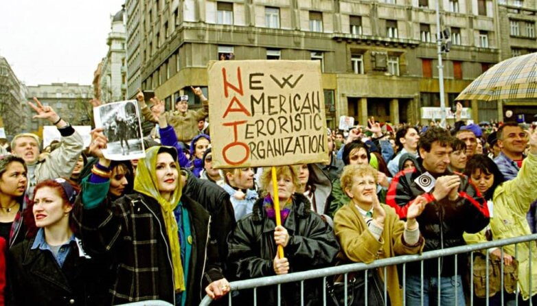 Белград, митинг протеста против бомбардировок Югославии