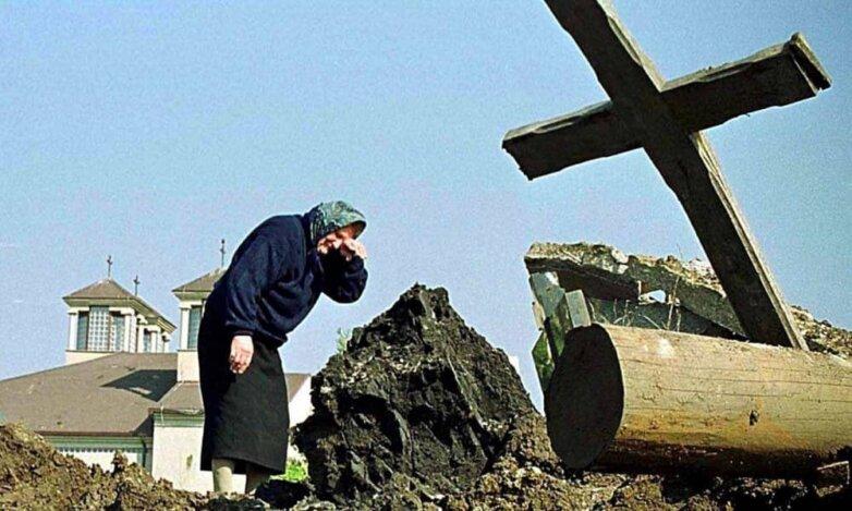 Разбомбленное сербское кладбище в Приштине