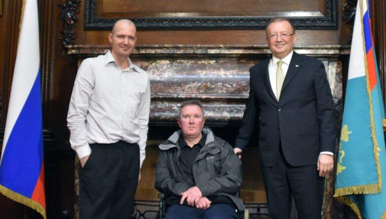 Британец Чарльз Роули, его брат Ч.Роули Мэтью Роули и посол РФ в Великобритании Александр Яковенко (слева направо)