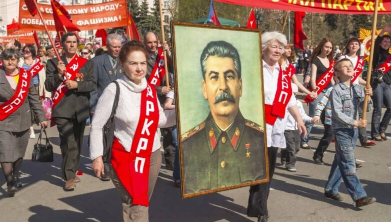 Демонстранты с портретом Сталина