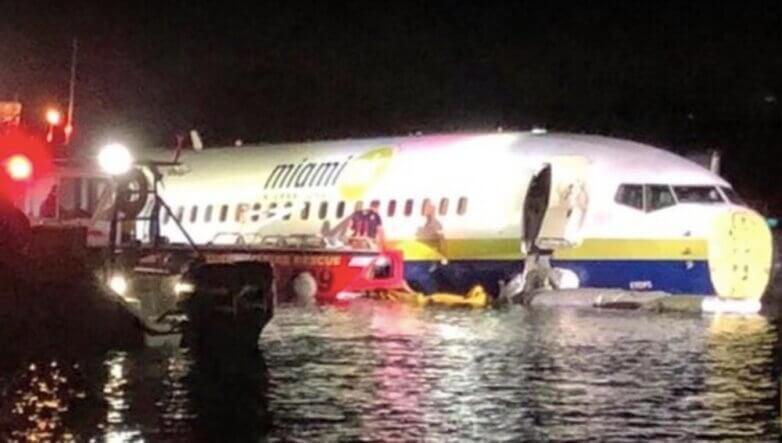 Boeing 737 упал в реку