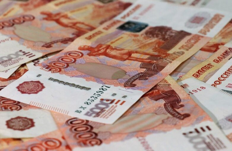деньги рубли пять тысяч рублей россыпь