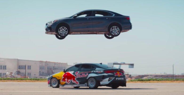 Прыжок KIA через другой автомобиль