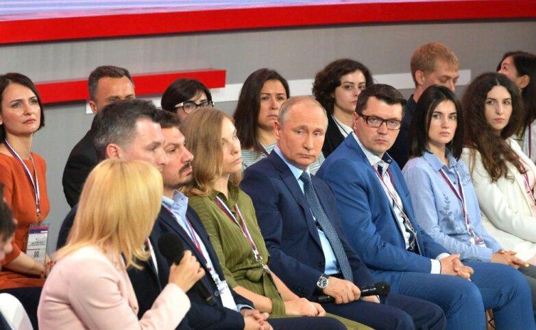 Президент РФ Владимир Путин на форуме региональных и местных СМИ «Правда и Справедливость»