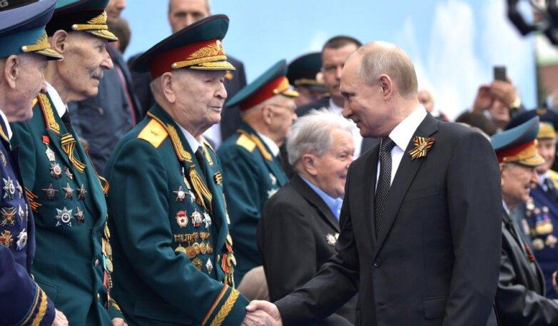 Владимир Путин перед началом Парада Победы поздравляет ветеранов Великой Отечественной войны.