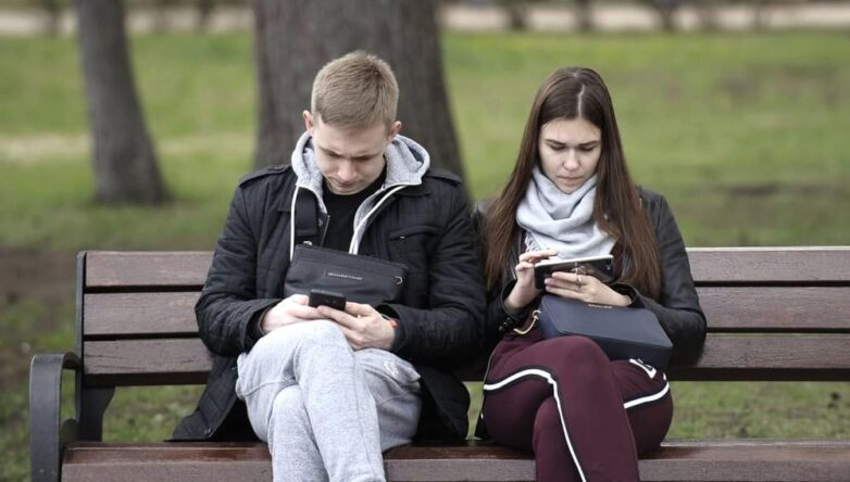 Телефон смартфон зависимость увлечение