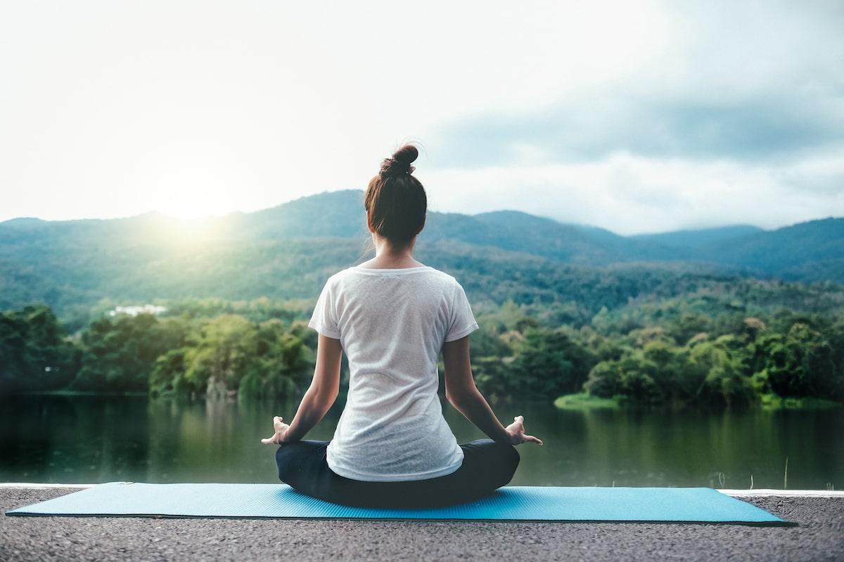 Йога медитация девушка на природе душевное ментальное психическое здоровье