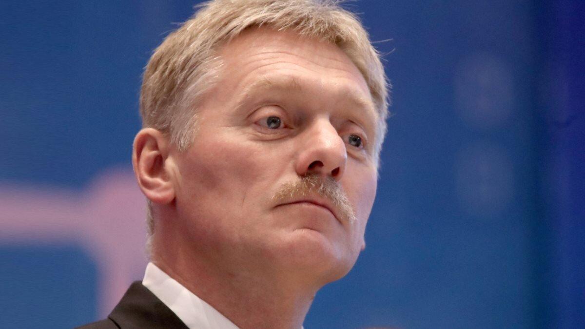 Пресс-секретарь президента России Дмитрий Песков синий фон