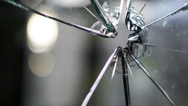пуля пробила стекло