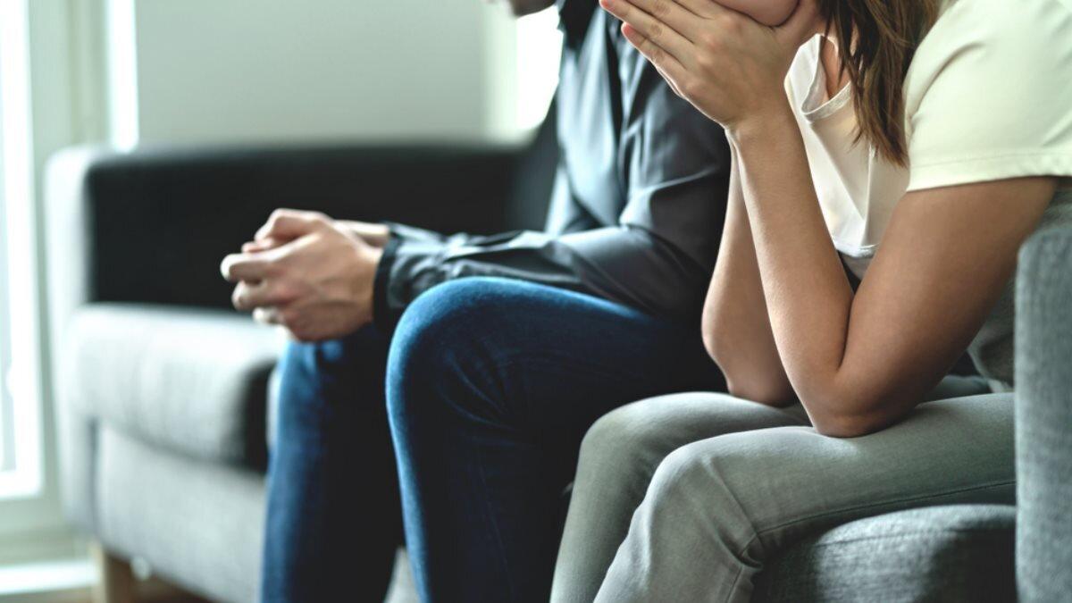 Молодая пара семья измена обида ссора конфликт три