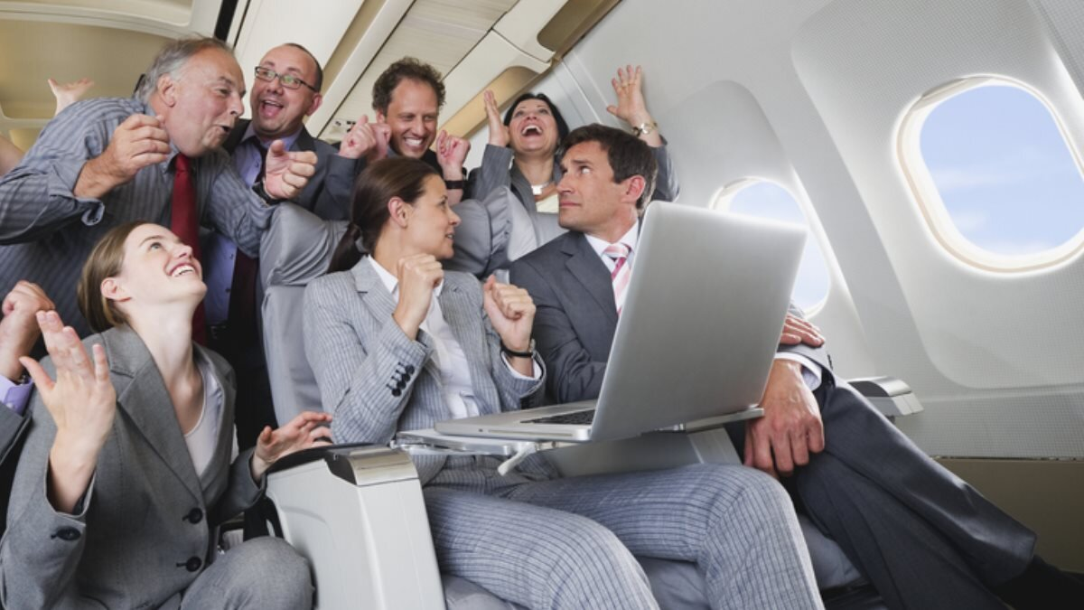 Салон самолёта ноутбук радость счастье борт