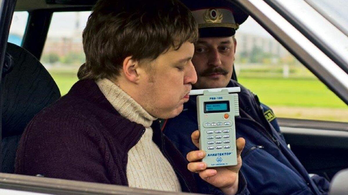 ГАИ ГИБДД инспектор проверка на алкоголь трубочка