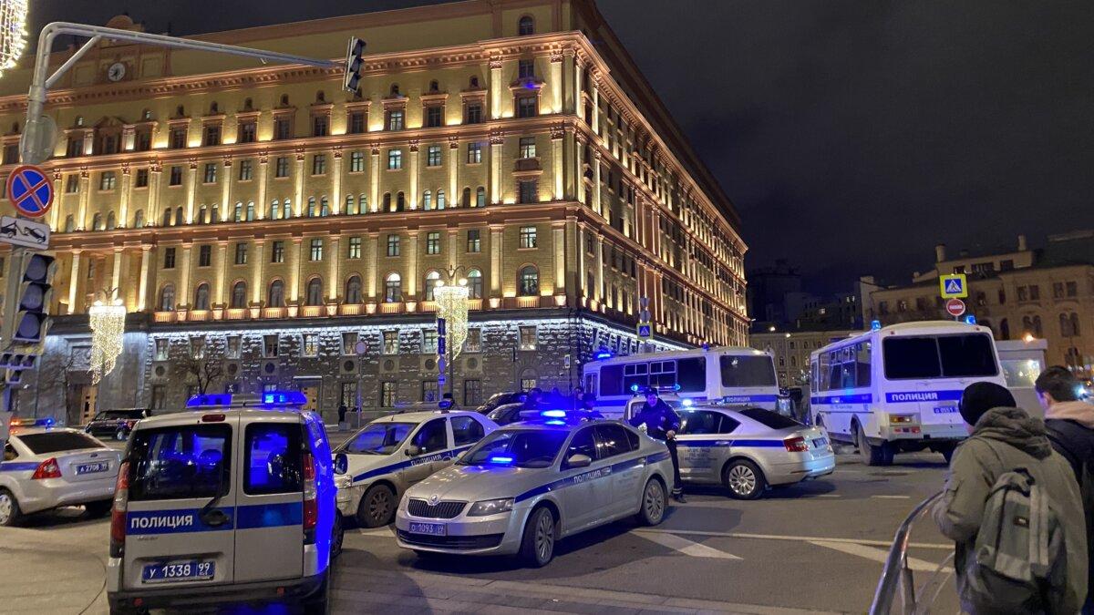 Полицейские автомобили у здания ФСБ на Лубянской площади