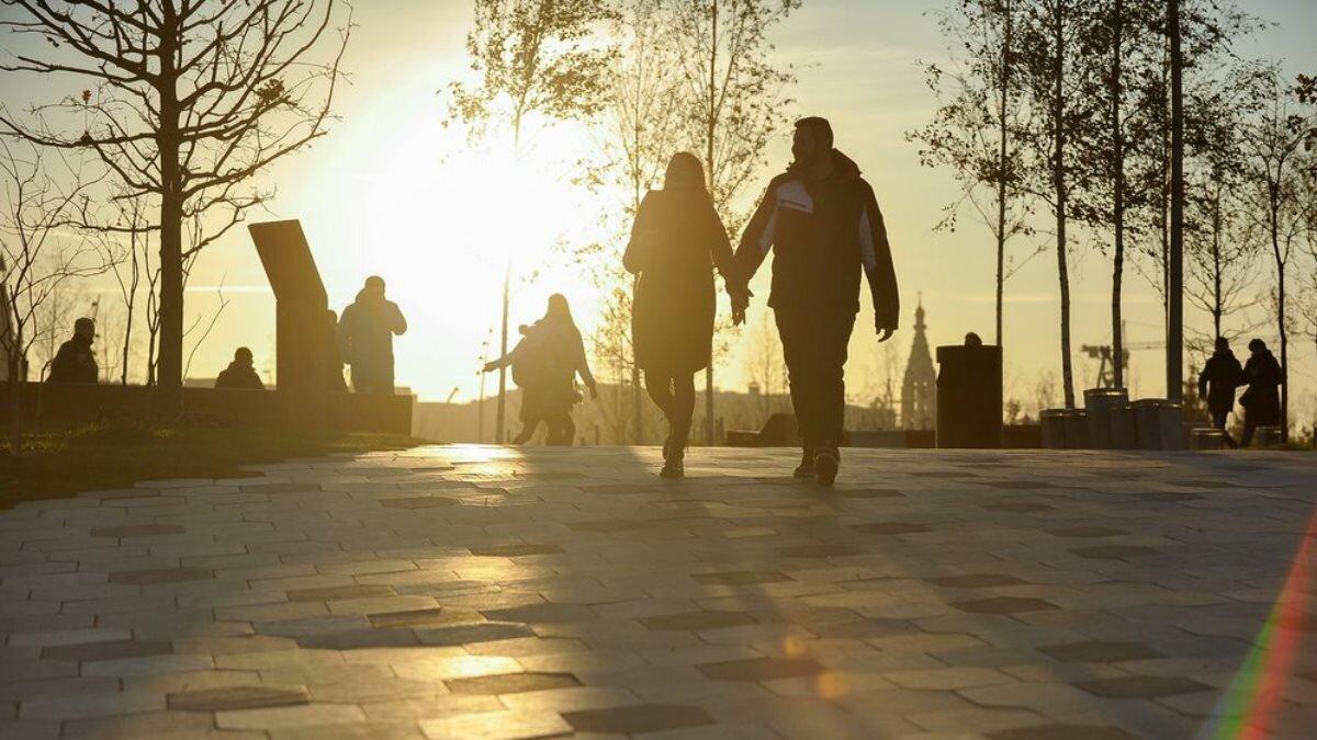 Солнечная погода Москва солнце тепло прохожие