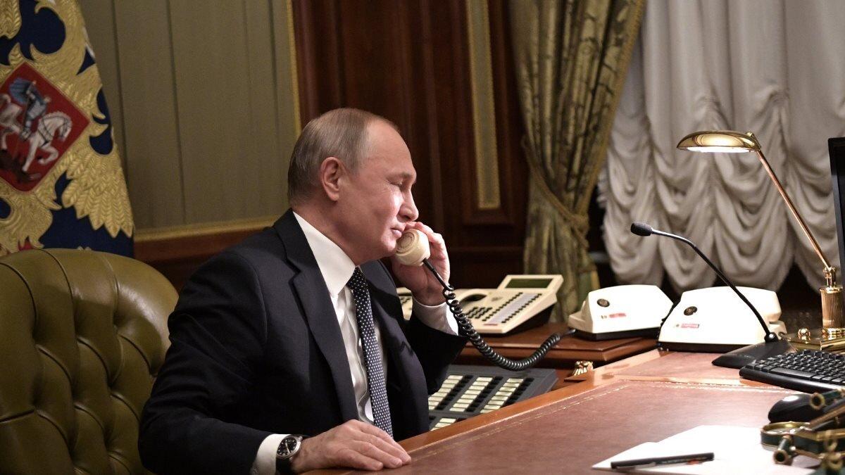 Владимир Путин говорит по телефону три