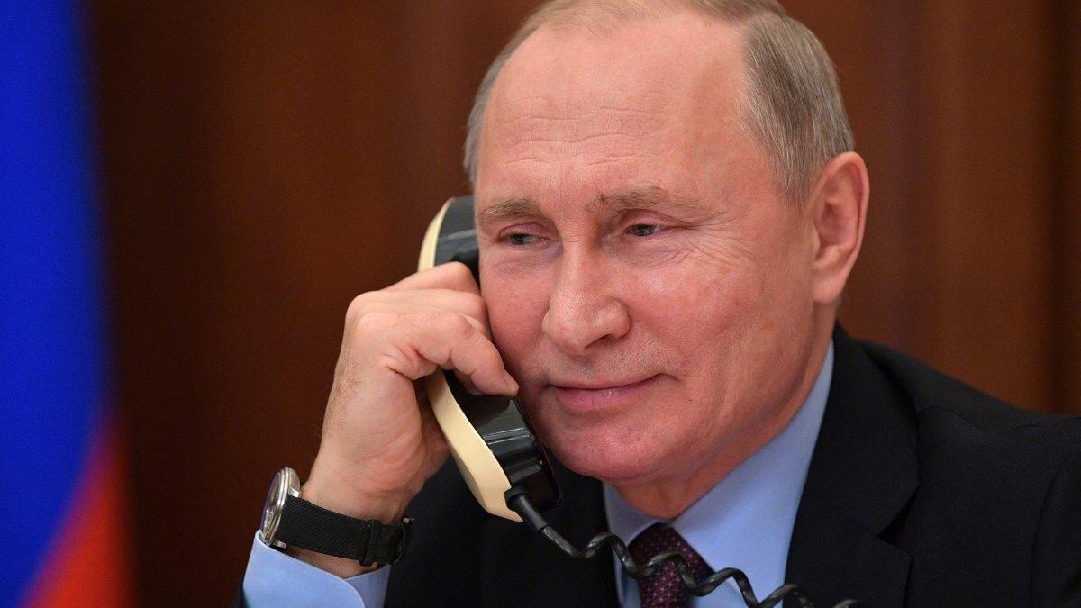 Владимир Путин говорит по телефону четыре