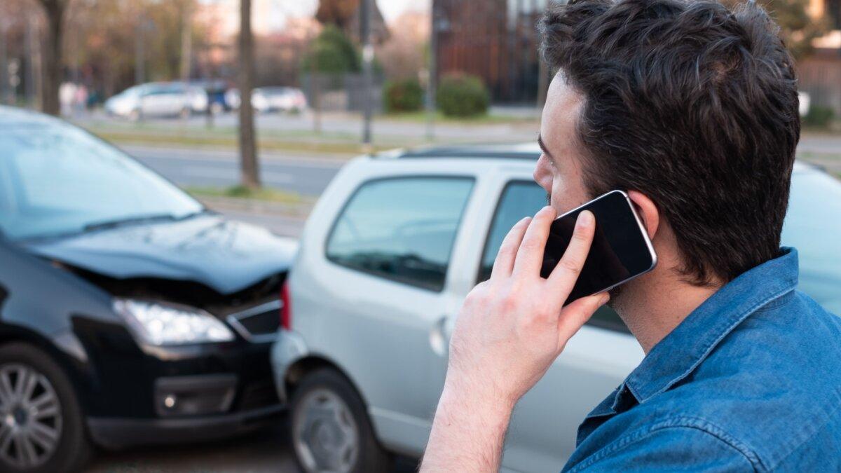 ДТП авария водитель мужчина сообщает по телефону звонит в полицию