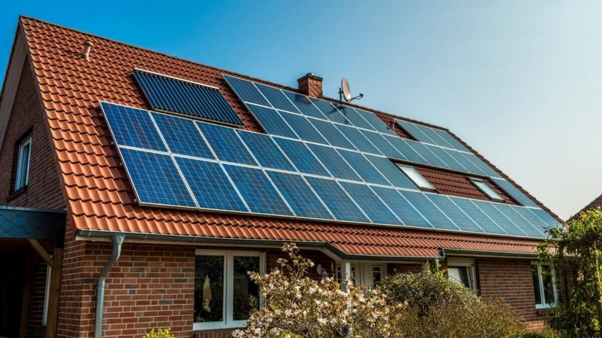 Загородный частный дом дача солнечная панель Возобновляемая энергия