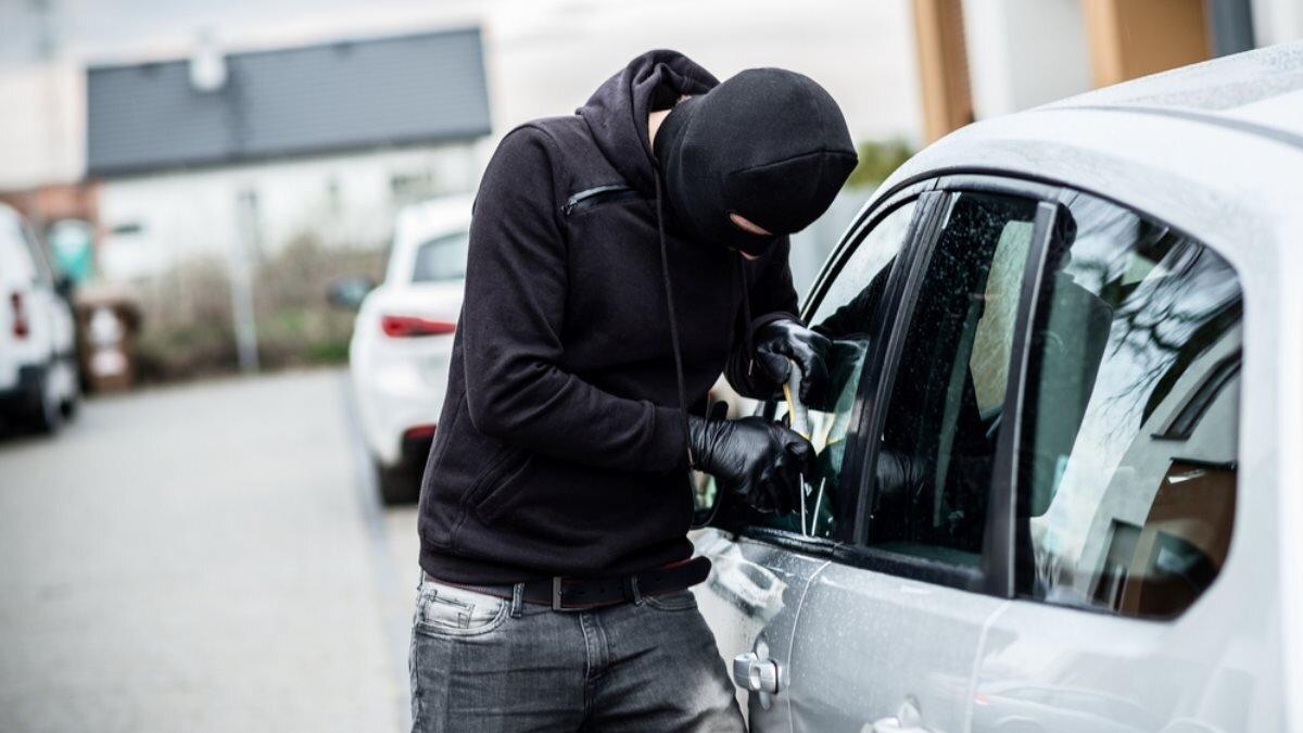Автоугонщик взломщик машина автомобиль