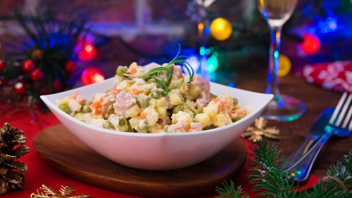 Новогодний стол Новый год салат Оливье один