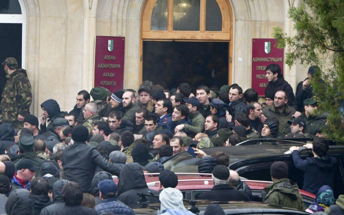 Акция протеста у здания администрации президента Абхазии в Сухуме