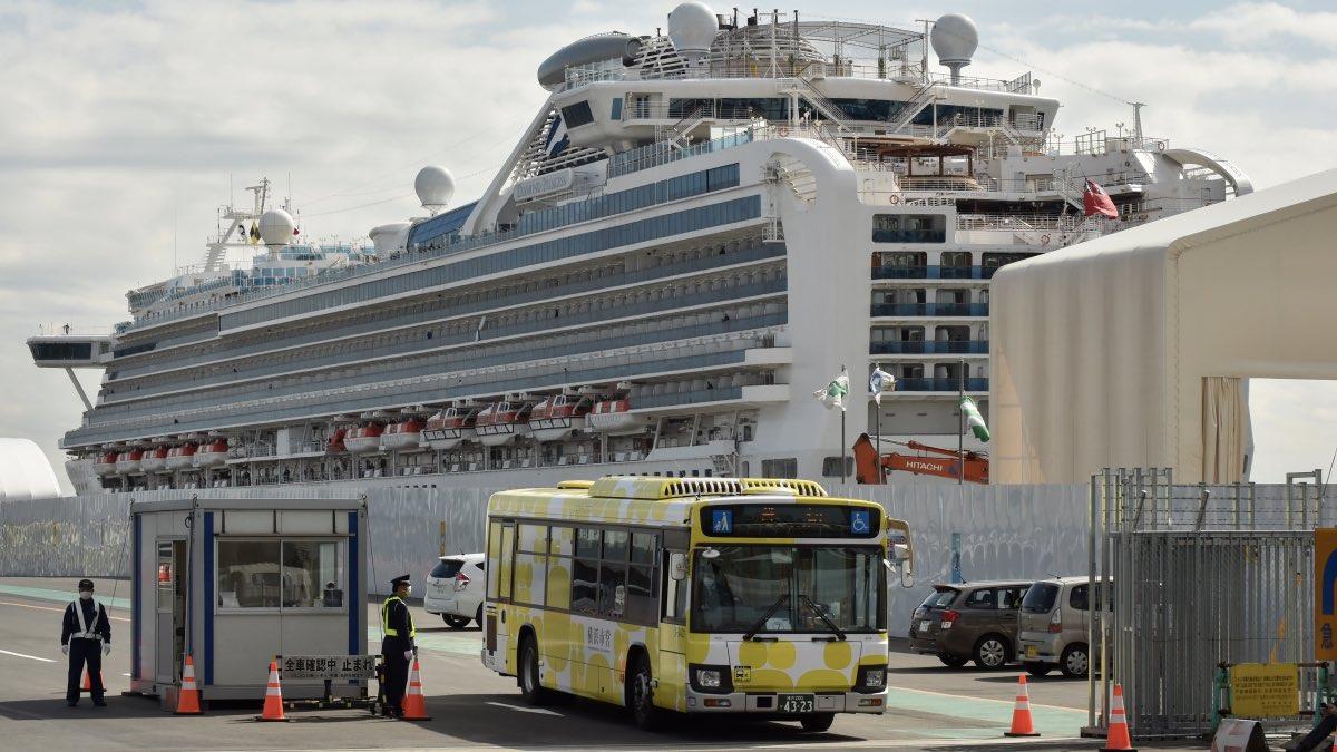 Карантин на лайнере Diamond Princess прекращен. Пассажиры покидают порт Йокогамы