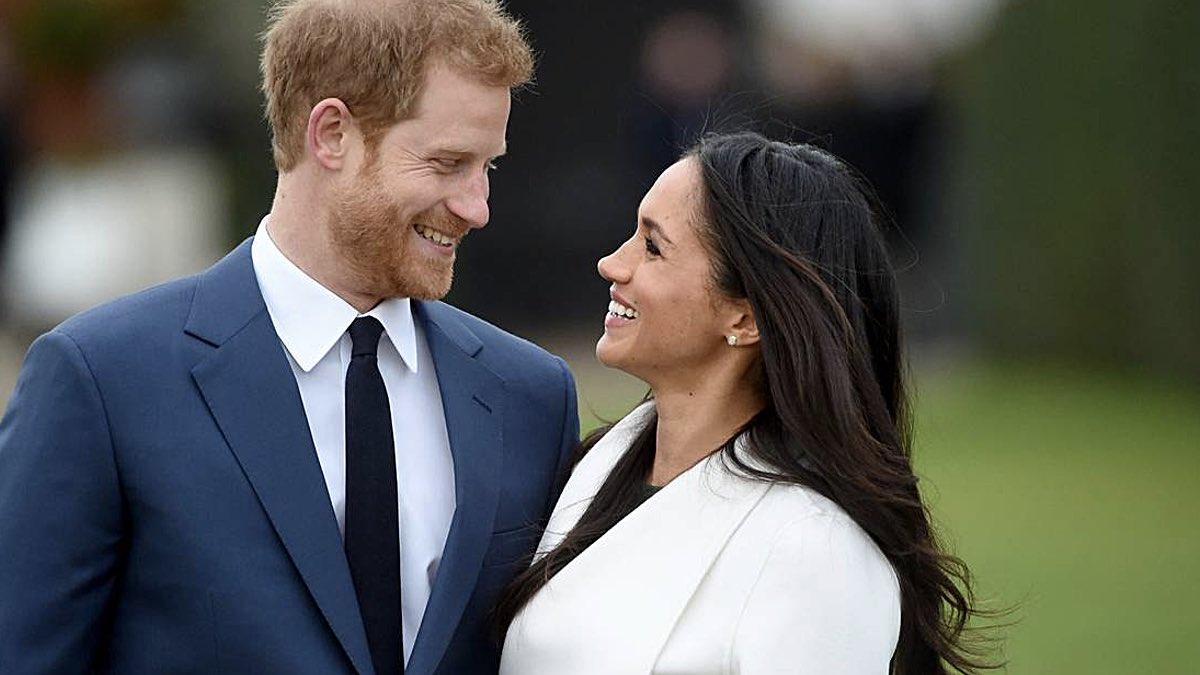 Меган Маркл и принц Гарри улыбаются один