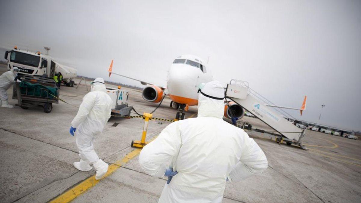 Самолёт с эвакуированными из города Ухань на Украину