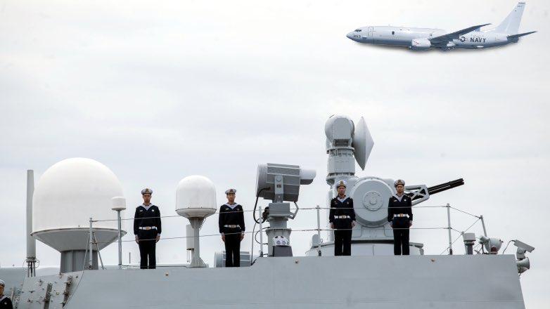 китайский эсминец и самолет США