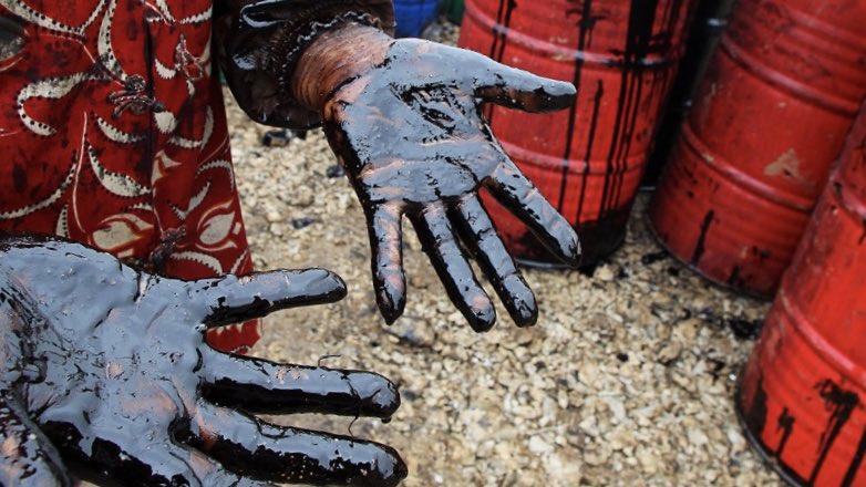 нефть руки бочки
