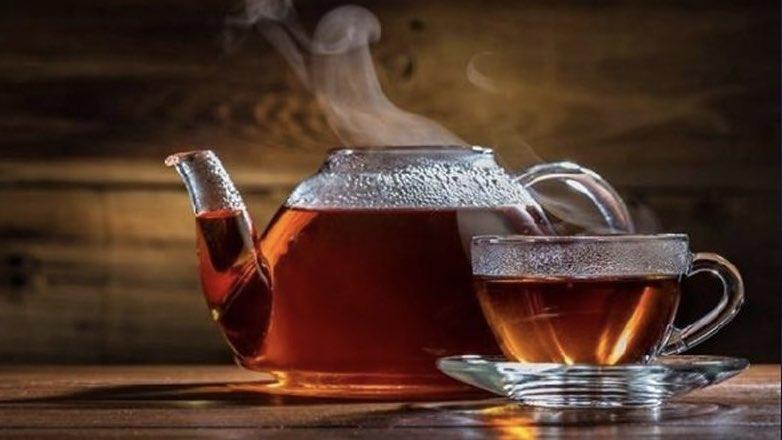 очень горячий свежий заваренный черный чай
