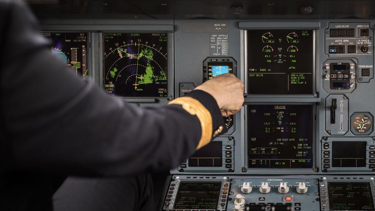 пилот в кабине самолета