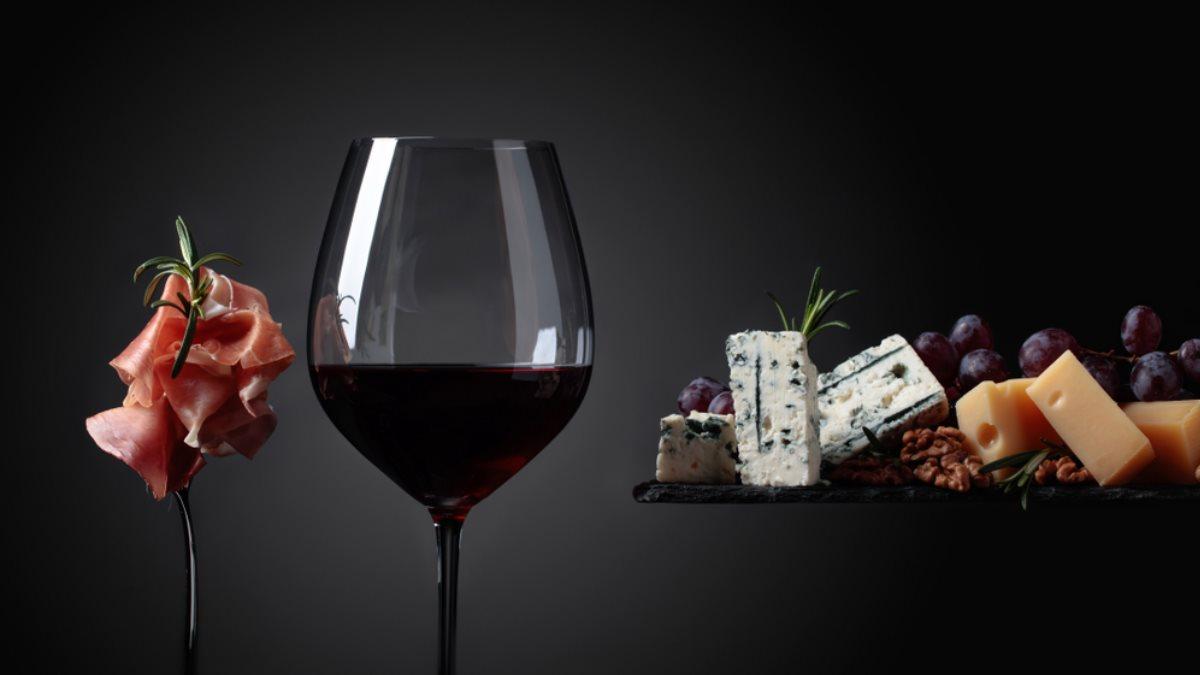 Алкоголь вино мясо сыр с плесенью