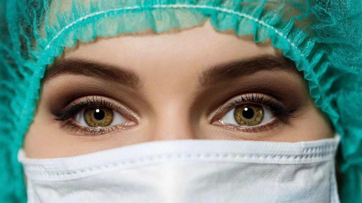 врач в маске грипп вирус
