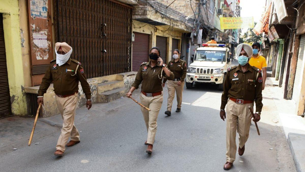 Индия коронавирус карантин полиция