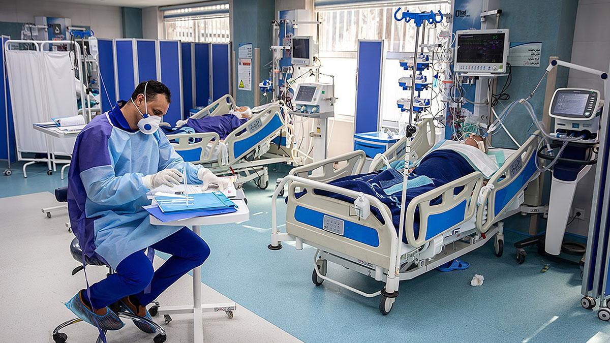 Врач Доктор в палате больница коронавирус COVID-19 респиратор капельницы