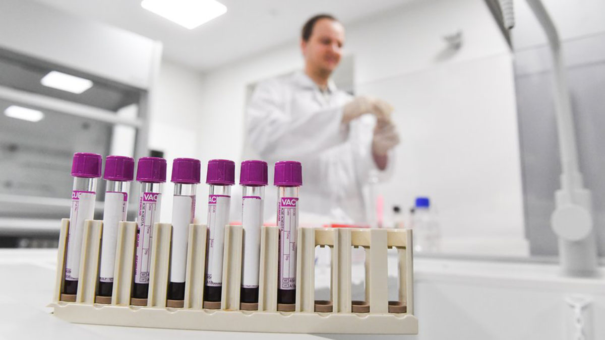 Врачи Доктора в лаборатории больница коронавирус Вакцина