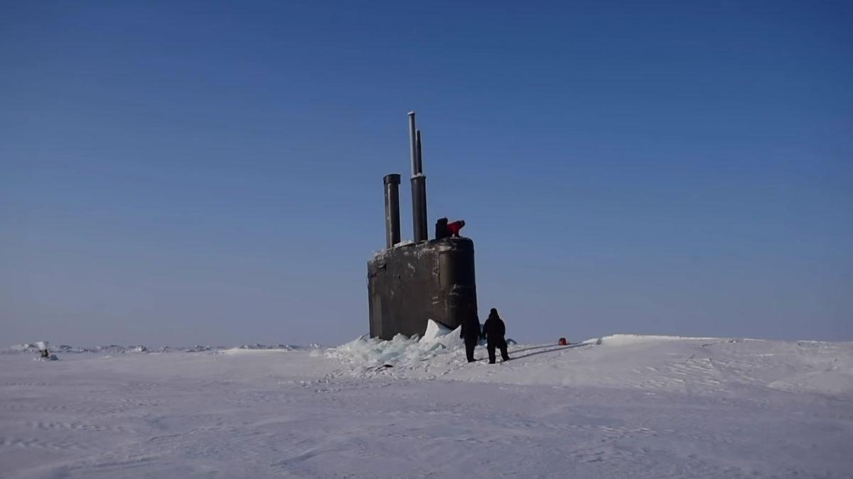 Атомная подводная лодка Toledo всплывает в Арктике
