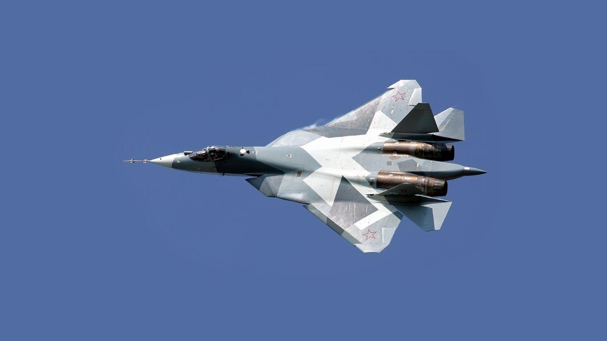 Истребитель Су-57 в синем небе один