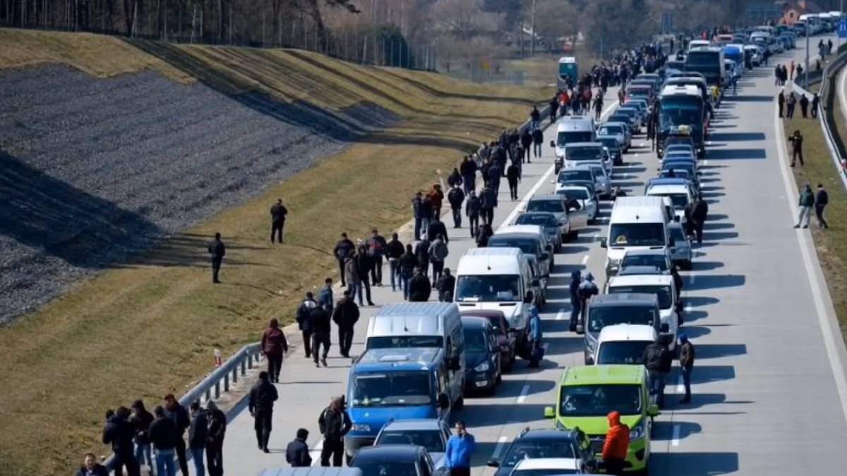 Километровая очередь на границе Украины с Польшей