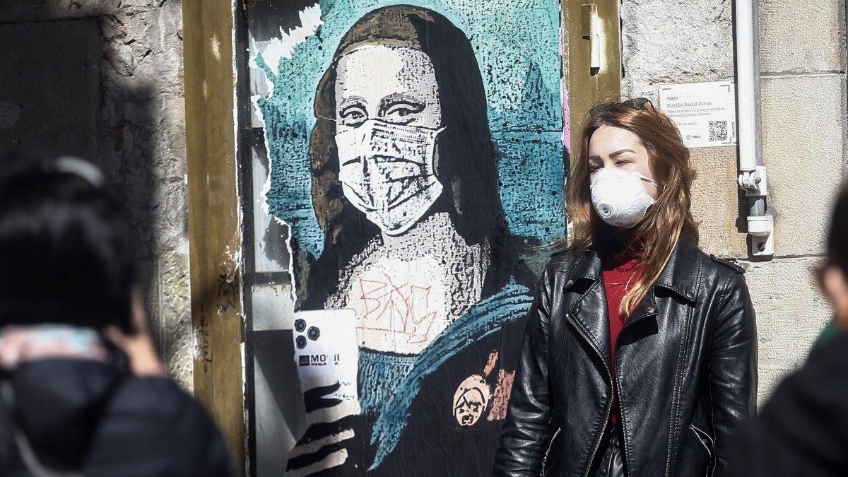 коронавирус граффити Джоконда Барселона