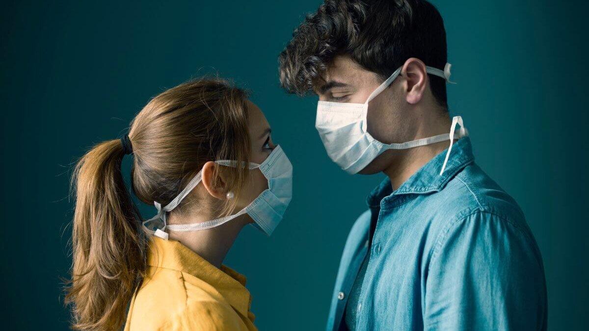 поцелуй в масках